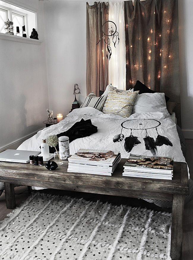 Traumfänger Schlafzimmer Mit Holzregal Für Das Bett. Tolle  Abstellmöglichkeitu2026