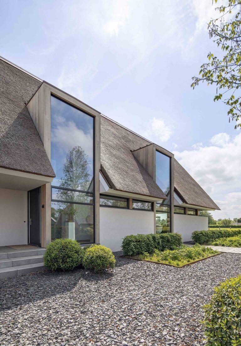 Moderne villa met grote glaspartijen