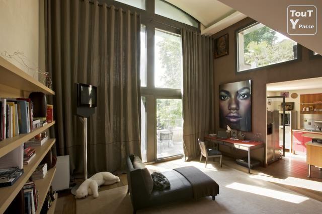 Chambre Avec Une Grande Baie Vitree D Angle Idee Deco Rideaux Rideau Baie Vitree Fenetres D Angle