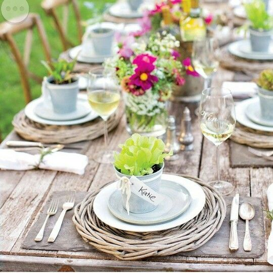 Perfect Spring table setting by Southern Living! #pinkandgreen #tablesetting #springtable #outdoordining