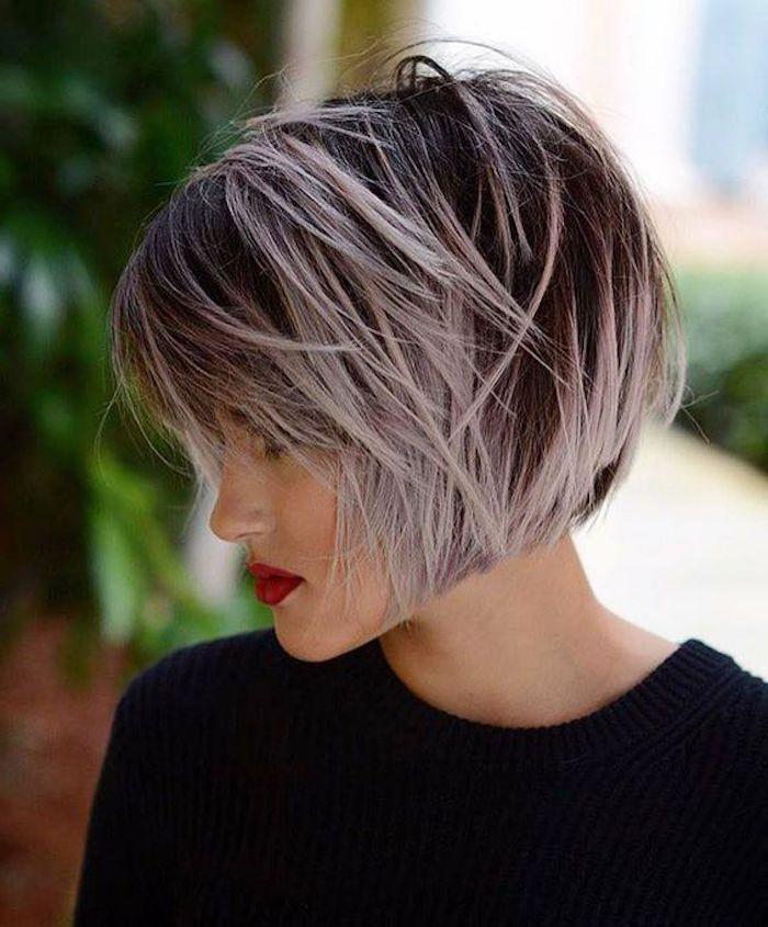 Lila Graue Haare Dame Mit Schwarzer Bluse Und Kurze Frisur Haarschnitt Kurz Haare Grau Farben Haarschnitt