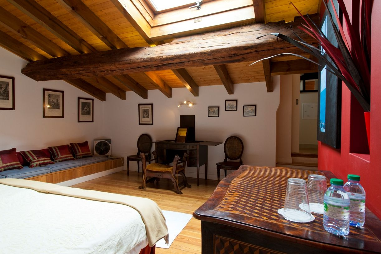 This Apartment Is Housed Within A Seventeenth Century Palace In The Possession Of The Same Family For Nearly 200 Years Considered The Exlibris Of Alfama Rent