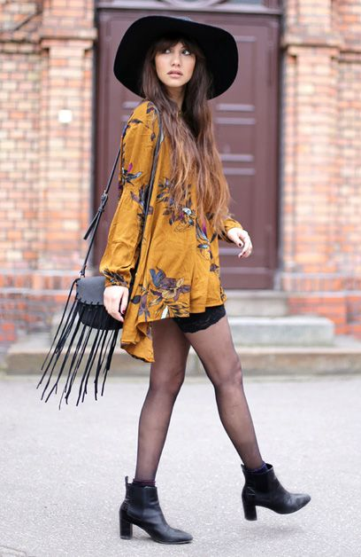b7c113780c133 Kimono com estampa floral + Ankle boots + Chapéu + Bolsa com franja ...