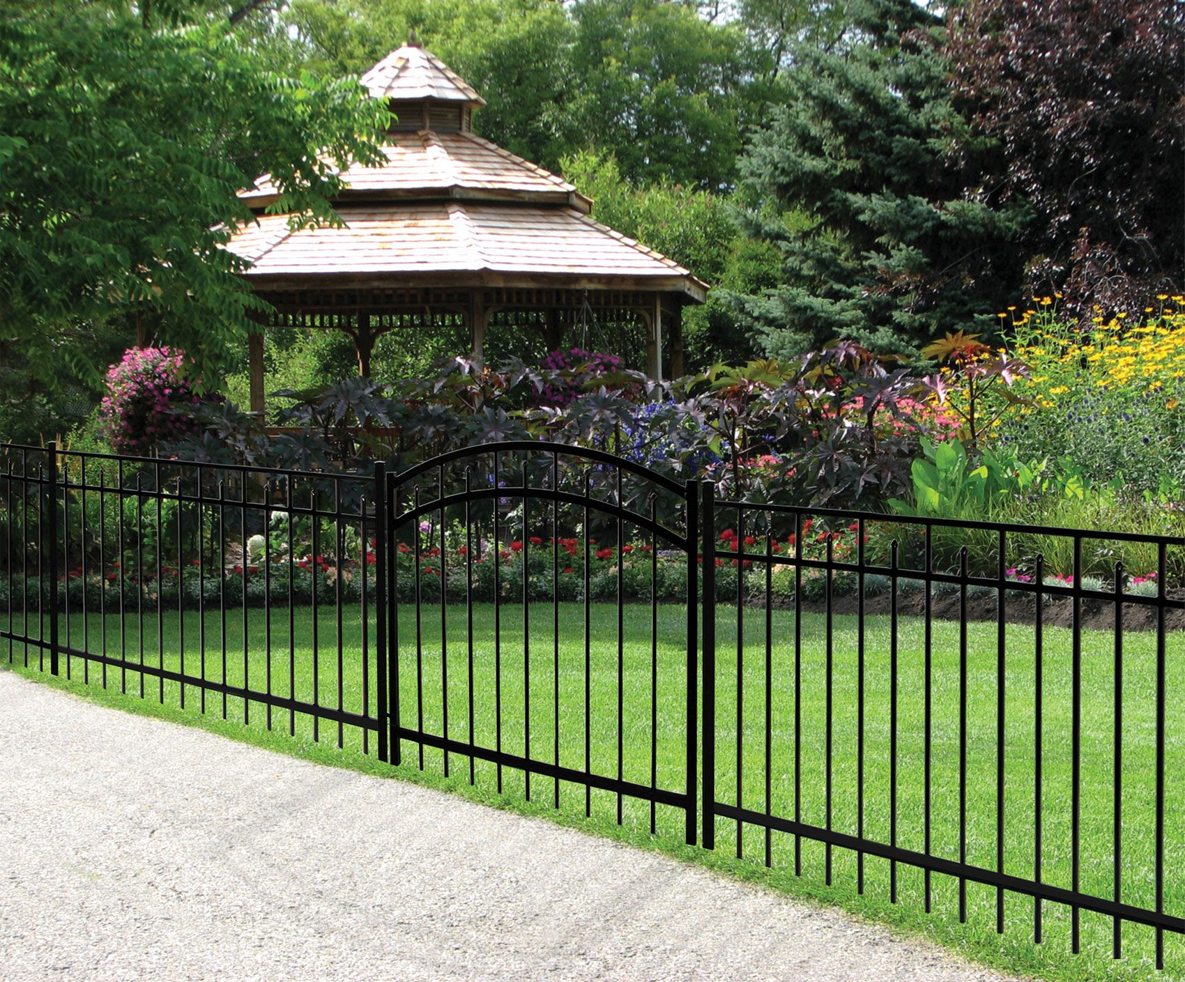 Why Prefer Metal Fences Another Reason Why So Many Homeowners Choose Metal Fencing That They Know They Ll G In 2020 Aluminum Fencing Backyard Fences Fence Builders