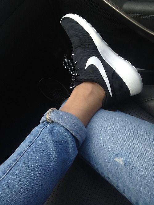 Nike Roshe Formateurs Dans La Bande Noir Et Blanc