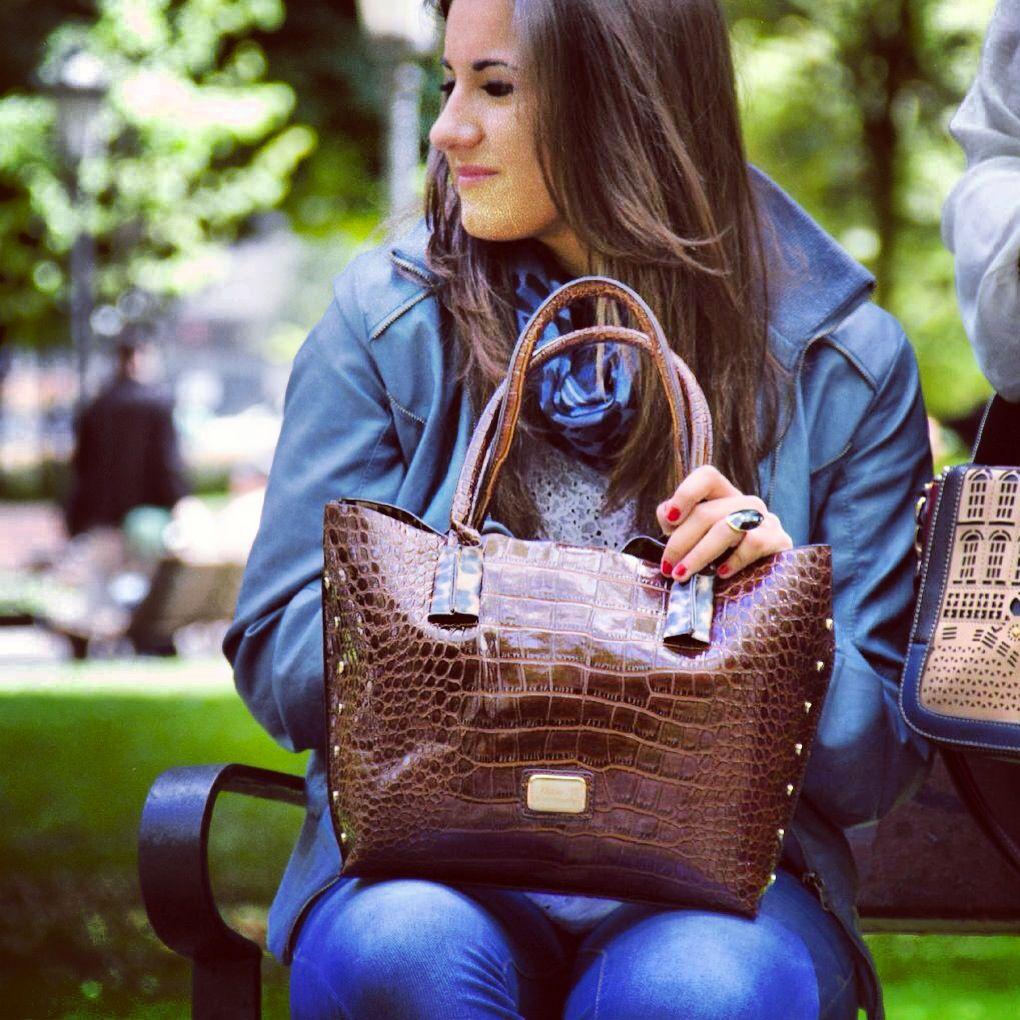 Acompañados de #Isabel os queremos presentar el #shopping más emblemático  #ref2968 de #nanodelarosa aprovecha su versatilidad y capacidad y que nada te detenga en tú día a día. By #rossettidifussion #notefallaremos #notequedessinel #nosvemosenlastiendas