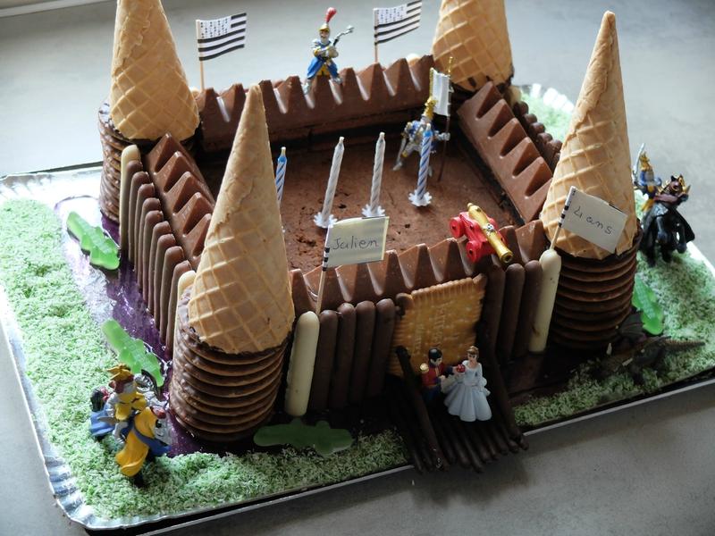 Gâteau danniversaire au chocolat : Thème château fort