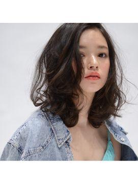 黒髪のミディアムパーマって大人可愛くて今芸能人やモデルなどの間