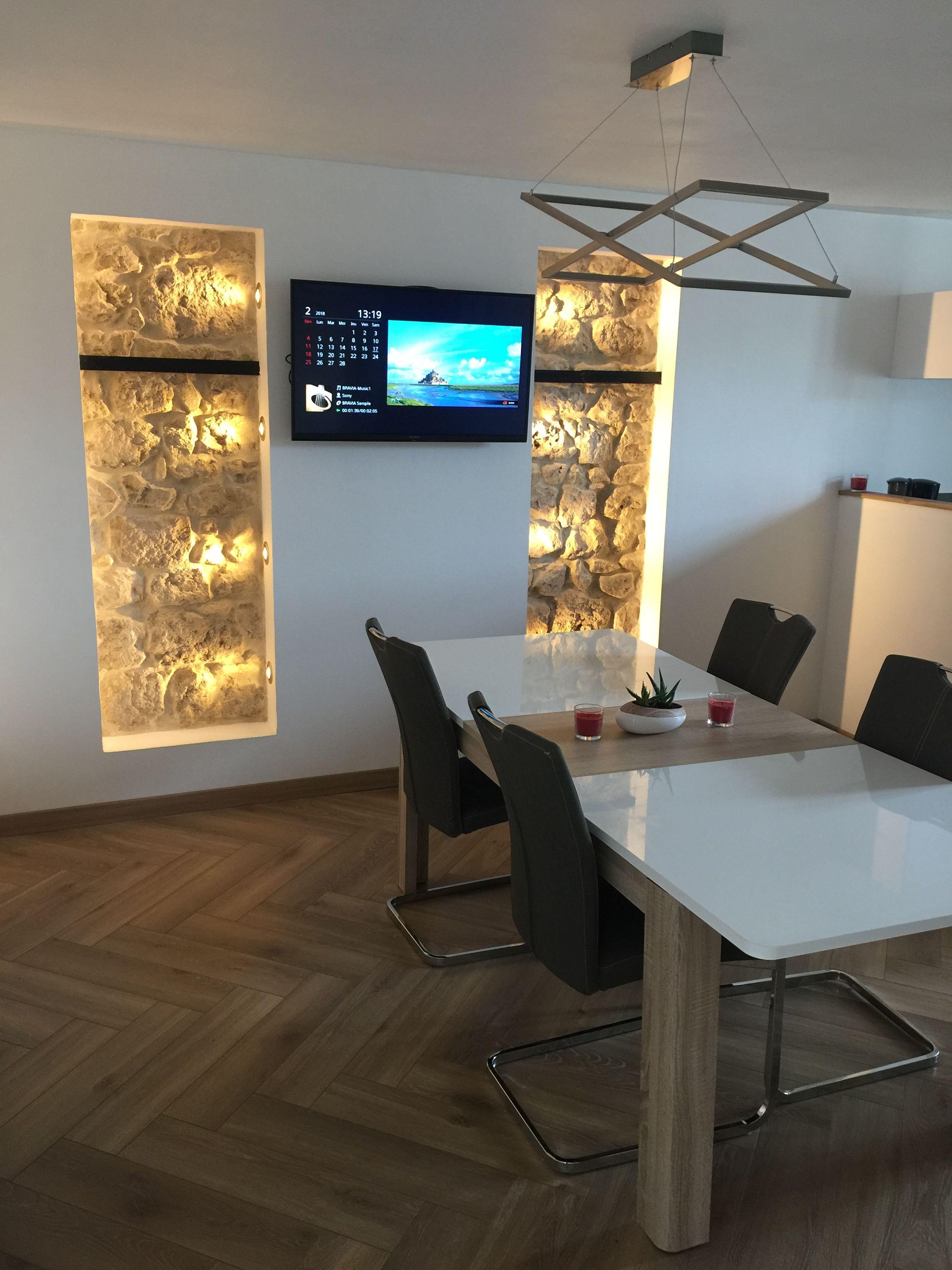 Salon / Salle à manger moderne, pierres apparentes, avec sol en ...