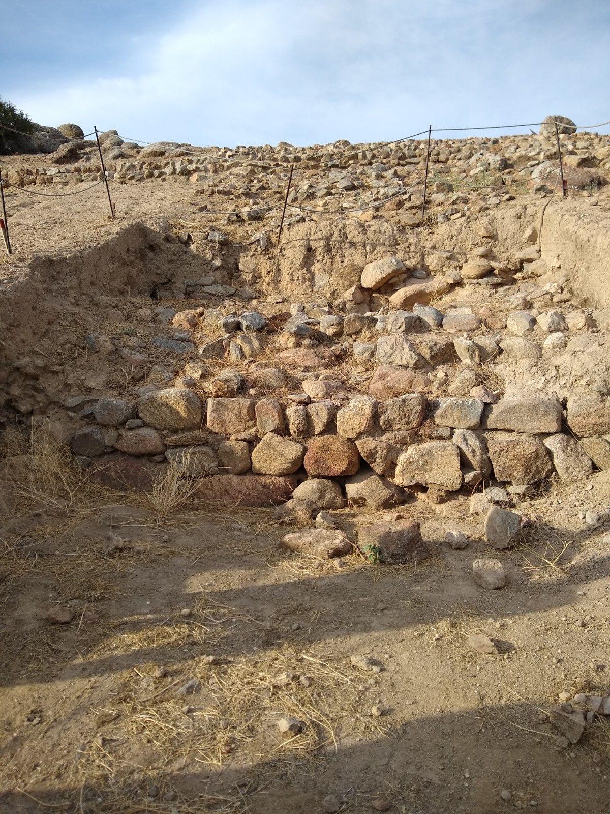 Cata abierta en la que se aprecian los restos de una construcción medieval, posiblemente una muralla