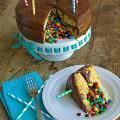 Photo of Linked to: thissillygirlslife.com/2014/09/surprise-inside-pinata-cake/ – Apfel…