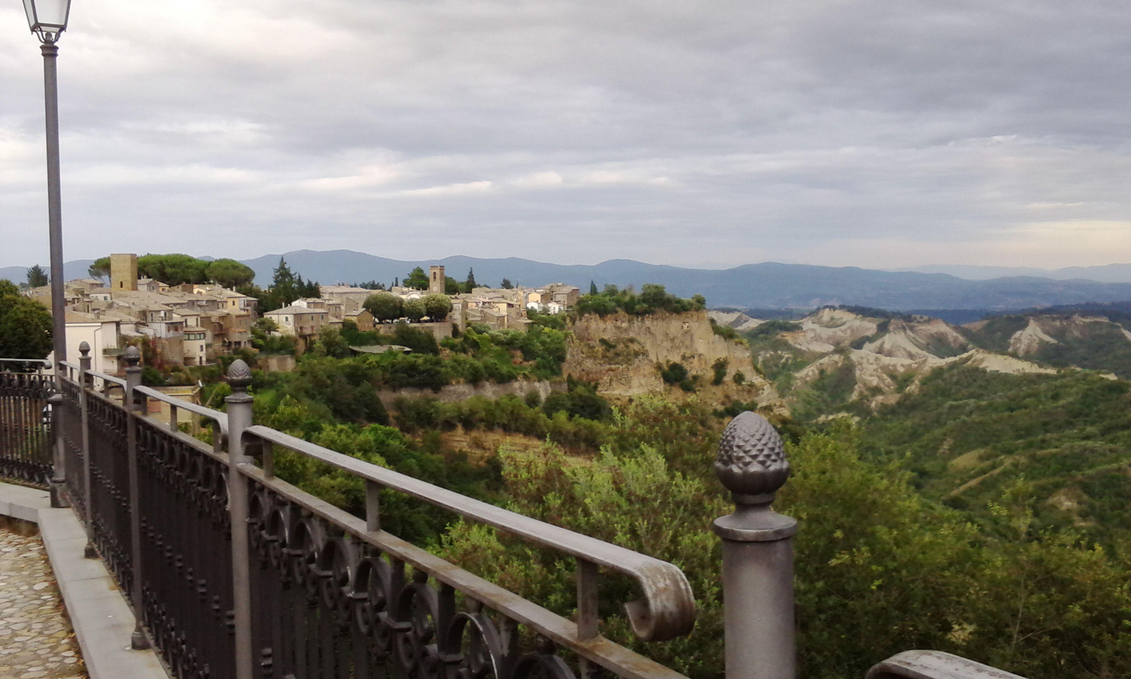 Borgo di Lubriano in provincia di Viterbo sorge su un cucuzzolo tufaceo nella