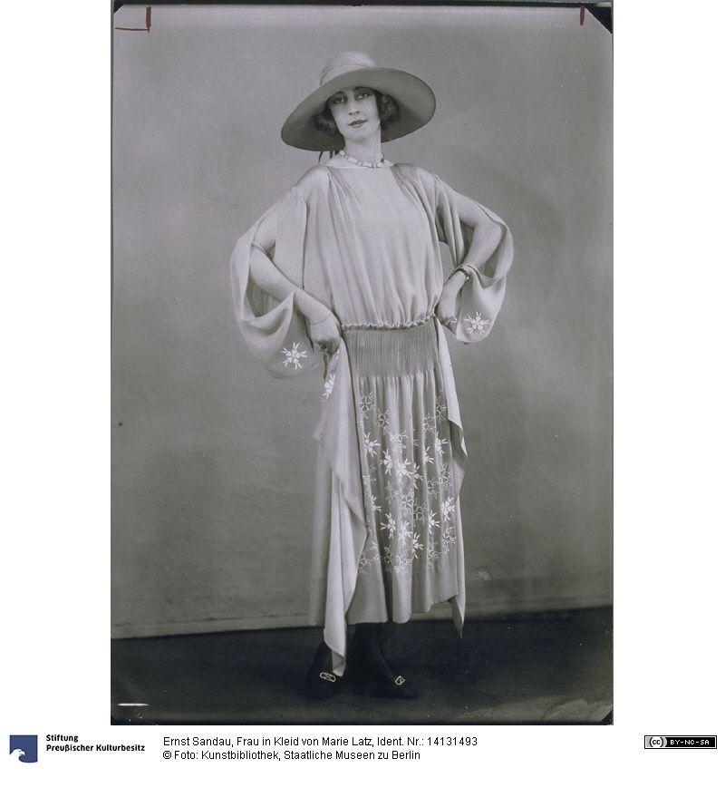 Frau in Kleid von Marie Latz, 1922