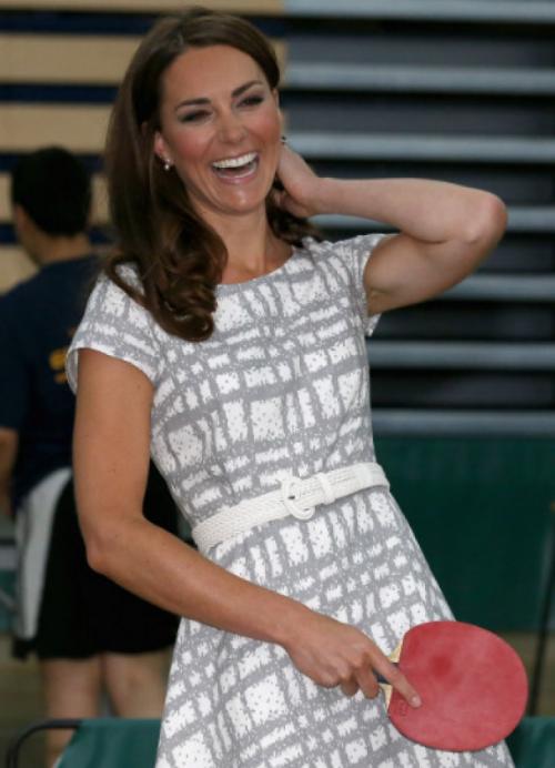 La futura reina de Inglaterra ... y atención, coge la pala casi correctamente!! esto promete #katemiddleton #tabletennis #tenismesa #vsport