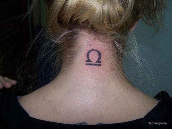tatouage signe de la balance sur la nuque   tatouage signe du