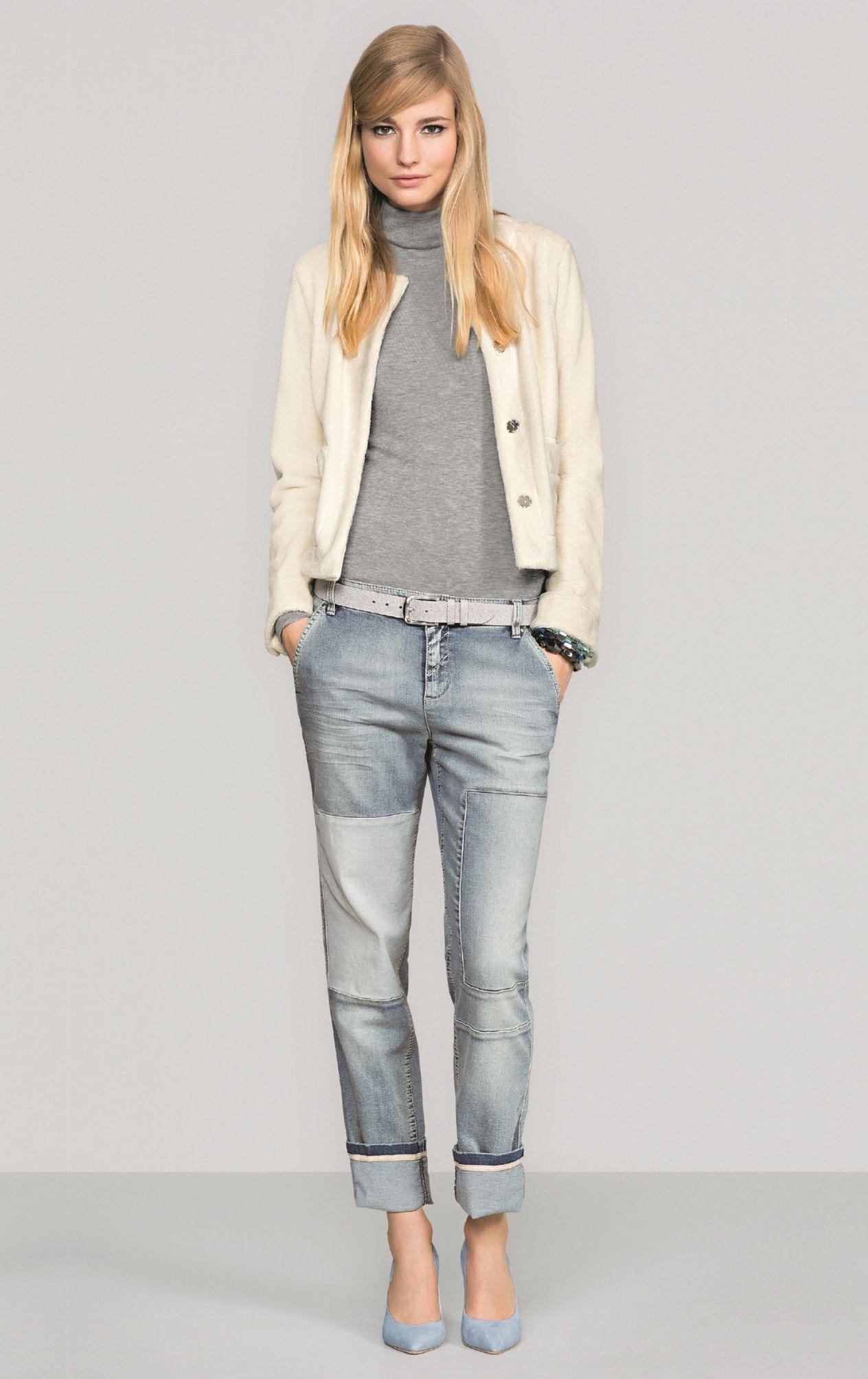 6323437f1eacd8 Hohe Pumps oder Stiefeletten mit Plateau sind besonders stylisch zur weit  ausgestellten Jeans und verlängern zudem das Bein (Foto  Marke Marc Cain).
