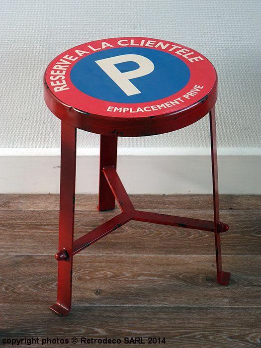 Ce tabouret Réservé à la clientèle en métal patiné rouge fera son petit effet. Une création ambiance déco industrielle signée Antic Line.