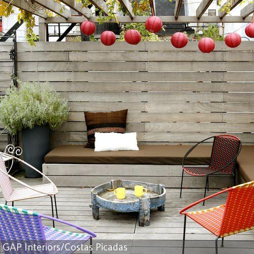 bl tterdach ber bunten st hlen kunststoffst hle terrassendielen und sichtschutz. Black Bedroom Furniture Sets. Home Design Ideas