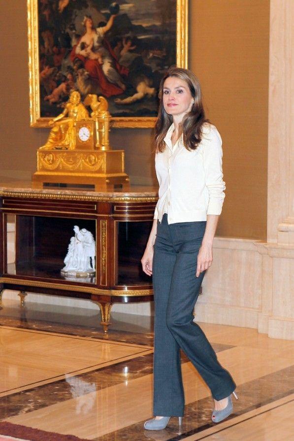 60d79a2c0 En esta ocasión combina rebeca de punto color vainilla con una blusa en el  mismo tono y la lleva con pantalones grises.