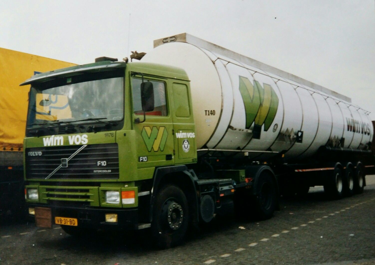 Volvo F 10 III 4x2 met tankoplegger van Wim Vos te Oss