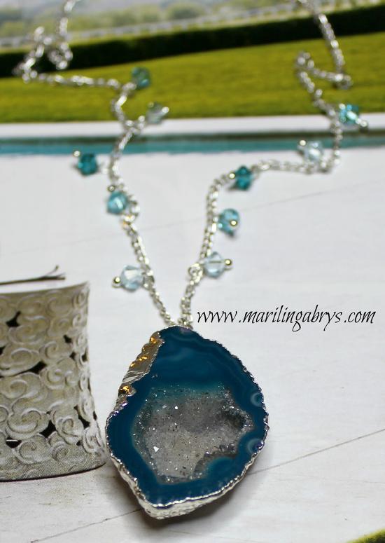 Collar en ágata azul - collar con ágata azul - cristales de cuarzo venta - joyería energética - collar azul - blue agate necklace - blue necklace - como activar las energías positivas - Marilin gabrys - collar de la meditación