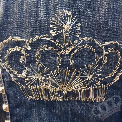 DIY safety pin crown on denim jacket TUTORIAL ) Safety
