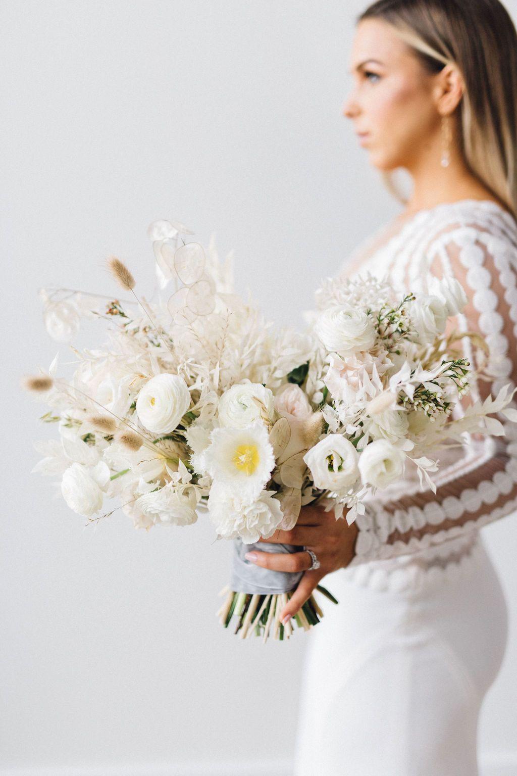 Modern Minimalist Wedding Inspiration That Proves Less Is More Modern Minimalist Wedding Neutral Wedding Flowers Modern Bouquet