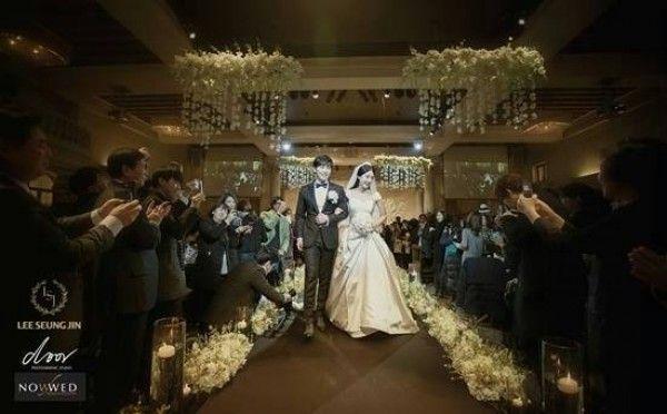 SJ晟敏告別單身! 隊友厲旭獻唱祝福。 晟敏與金思垠步入婚宴會場。
