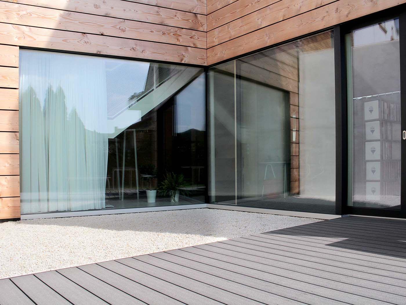 Moderne, Nachhaltige Terrasse Mit Massiven Wpc Terrassendielen Mit