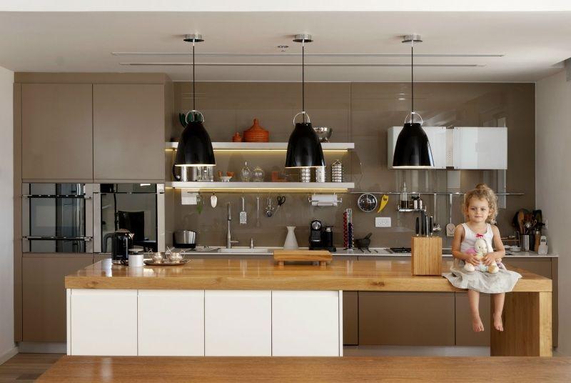 Wohnideen für die moderne Küche weiß holz kochinsel dachbalken ...