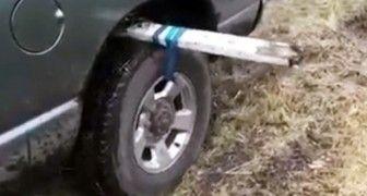 Se um dia você atolar o carro na lama, lembre deste truque!