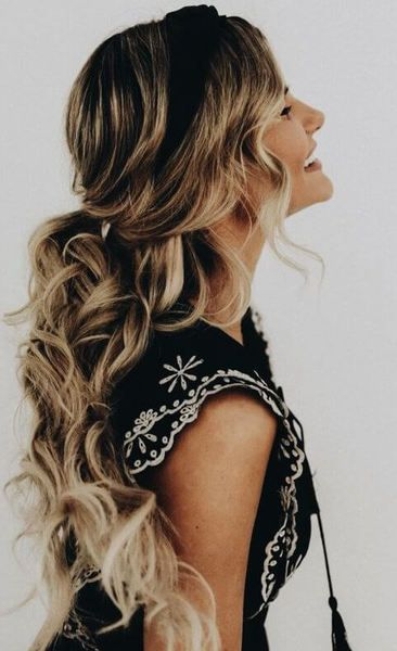 Half Up Ponytail Will Be Your First Choice When It Comes To Casual And Everyday Hairstyles Wavyhair Hairstyle Hair Styles Long Hair Styles Long Wavy Hair