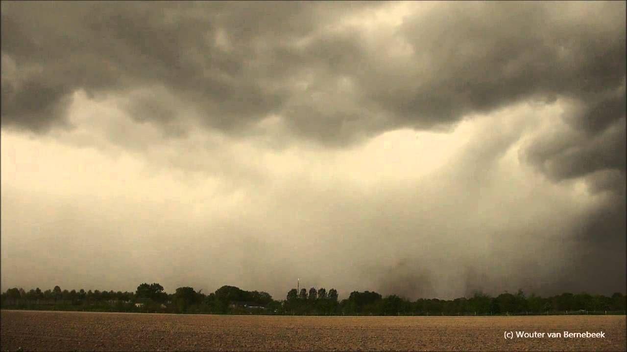 Onweer met wateroverlast, hagel en zware windstoten (downburst). Storm c...