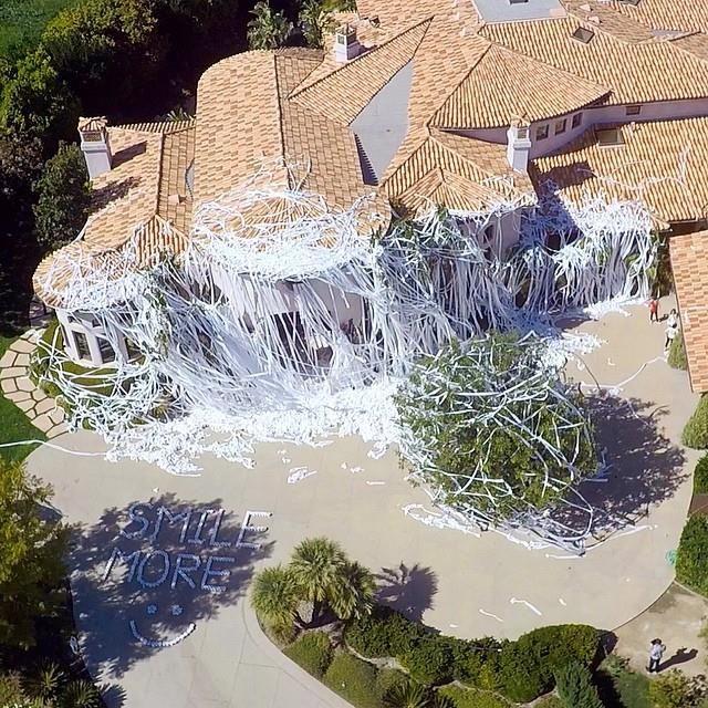 Crazy Toilet Paper Prank Targets Howie Mandel S Mansion With