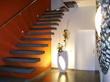 Espectacular escalera flotante con peldaños forrados de madera
