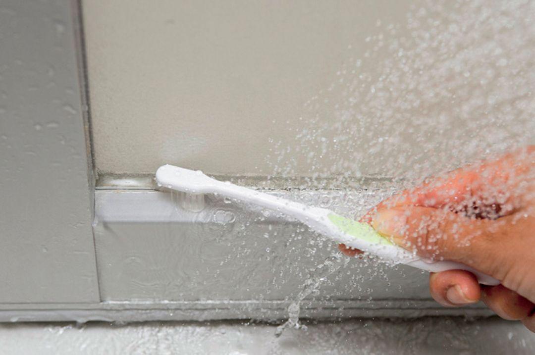 所要時間60分のバスルーム大掃除メニュー しつこい汚れを落とすテクニックも 扉の枠や換気用の隙間は古歯ブラシで汚れをかき出す 35014 Esseonline エッセ オンライン 大掃除 掃除 風呂 換気扇 掃除