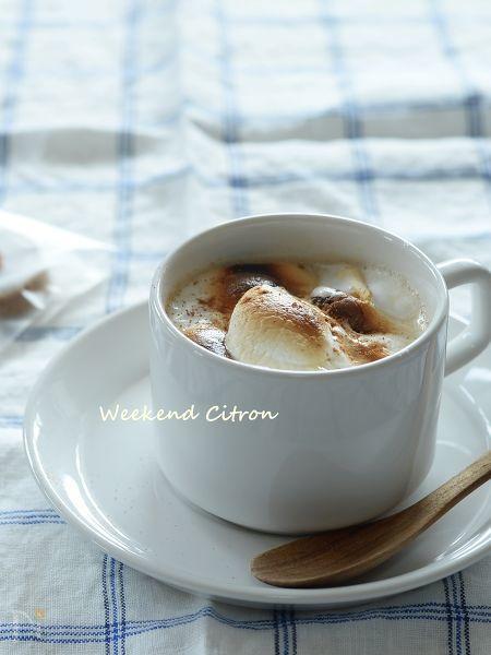 いつものカフェラテにふんわりとろけるマシュマロを浮かべて。ほんのり甘くてフワフワの幸せな食感です♪