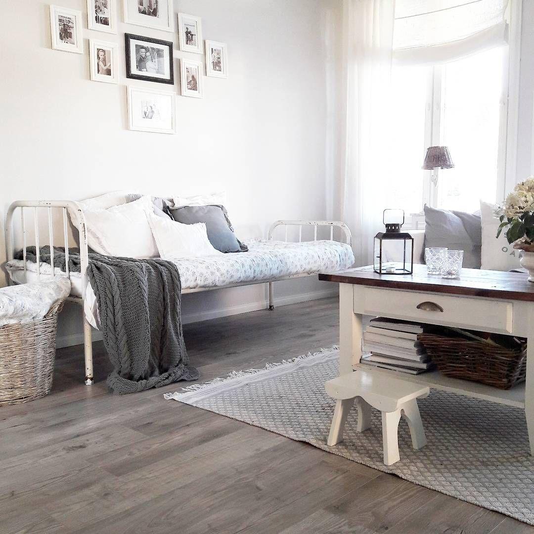 Lämmintä rustiikkia tyyliä kodin olohuoneessa. Huomaa myös hauska tauluasetelma seinällä.