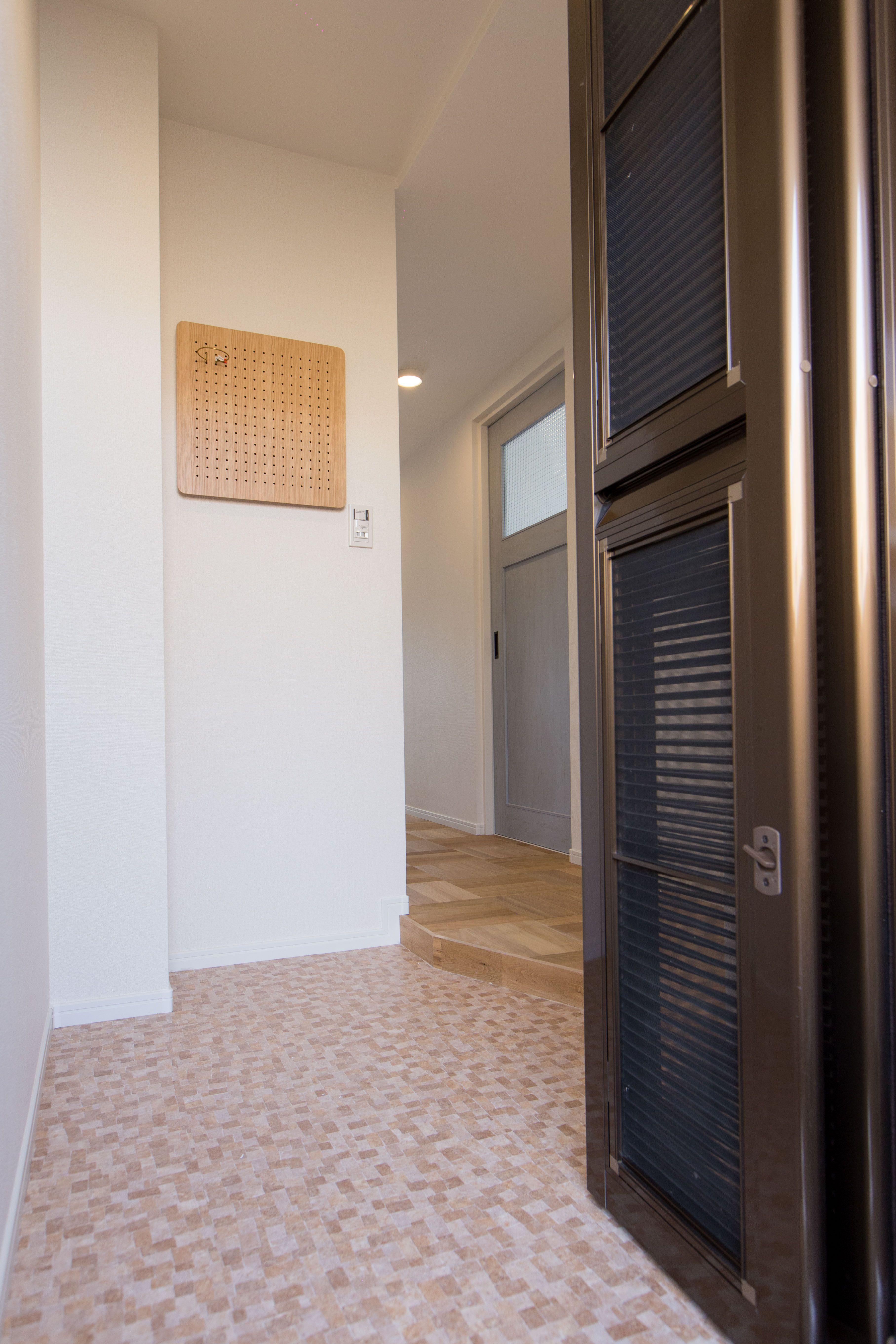 玄関リノベーション後の玄関は淡いピンクのタイルになりとっても可愛い