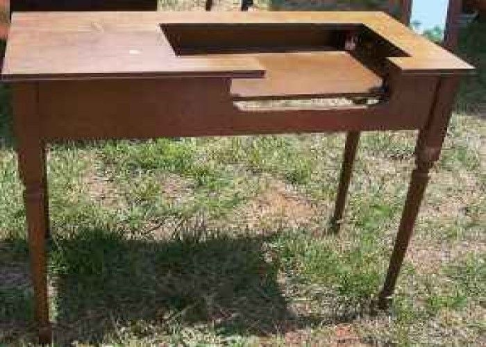 parsons sewing table | Parsons Sewing Machine Table - $20 (Liberty ...