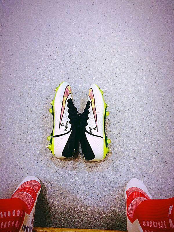 Alexis y sus zapatillas para el fútbol