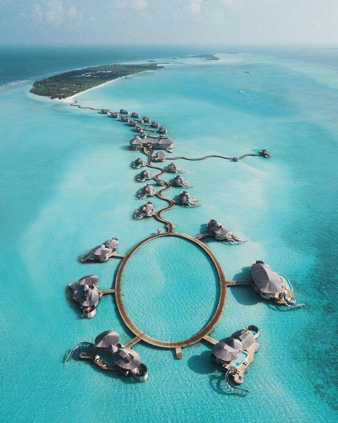 تخيل السير على هذا الممر الخشبي محاط ا بزرقة المحيط ونسيمه العليل ينعش روحك المالديف عبارة عن أرخبيل من الجزر المتناثرة في المحيط الهندي على بعد 700 ك In 2021 Places