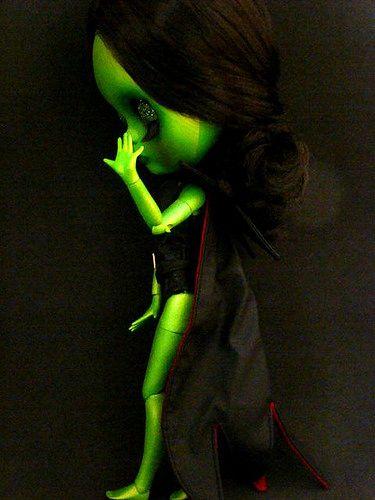 Elphaba, aguardando seu outfit! Em breve, em close.   Flickr - Photo Sharing!