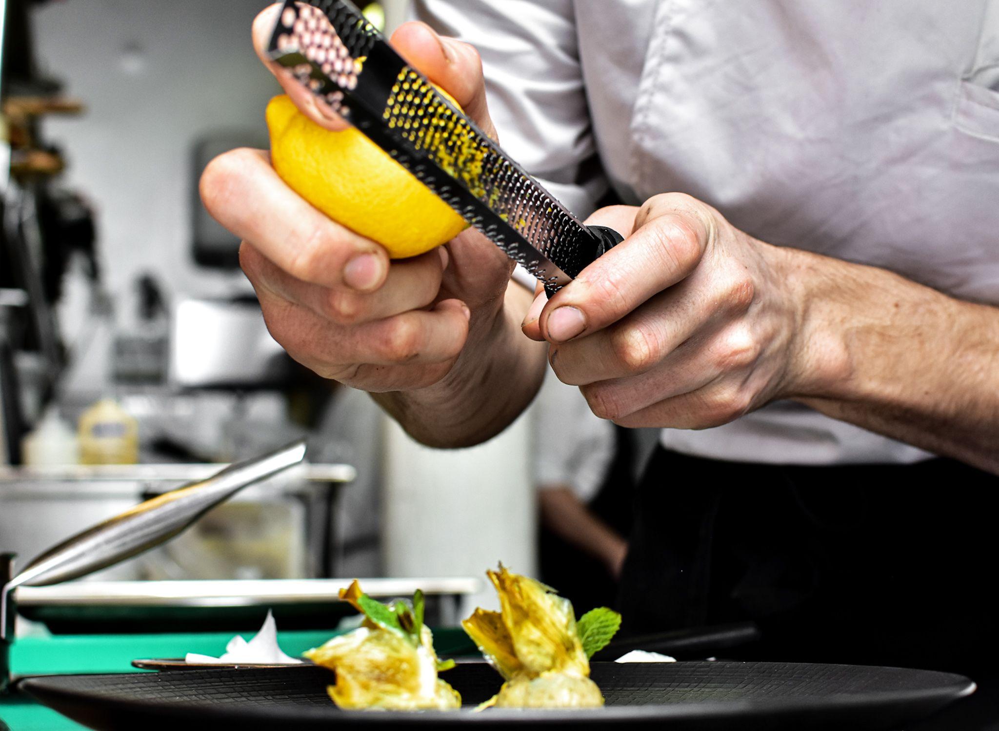 No hay nada como un plato que te haga descubrir cada sabor, cada aroma, cada pequeño detalle que lo hace especial... En este ocasión, el toque cítrico del limón 🍋 hará de este plato una experiencia sublime!  #chef #cocking #cocinando #fotogastronomica #gastronomia #tapas #restaurante #cocina