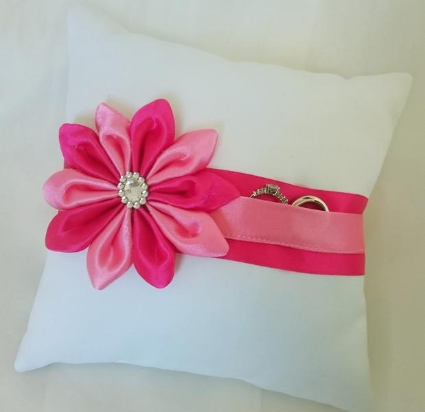 Ringkissen - Ringkissen pink, rosa mit Satinblume Hochzeit - ein Designerstück von Brautschaetze bei DaWanda