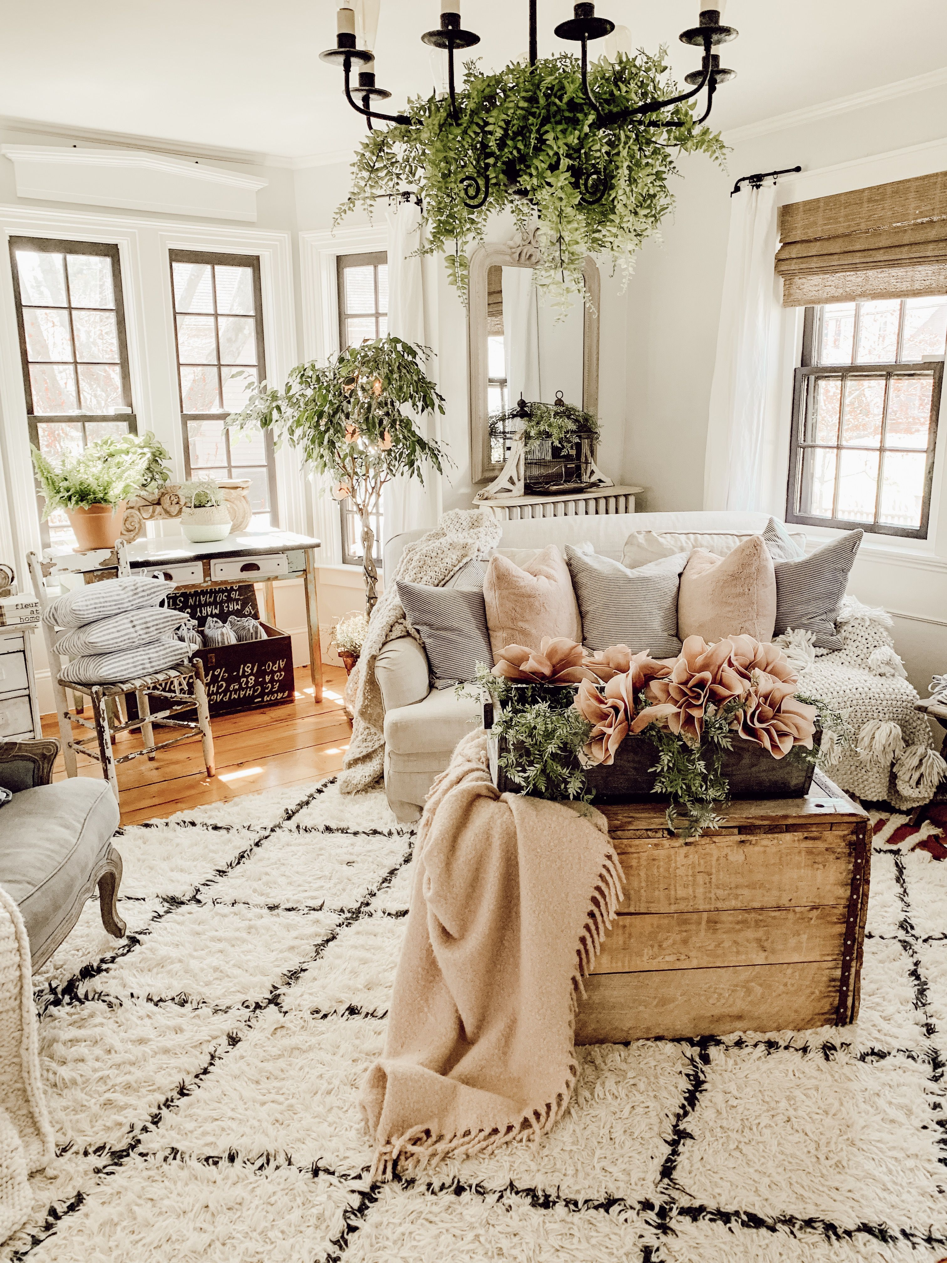 Vintage Living Room Ideas For Small Spaces: Cozy Rustic Farmhouse Living Room With Touches Of Pink