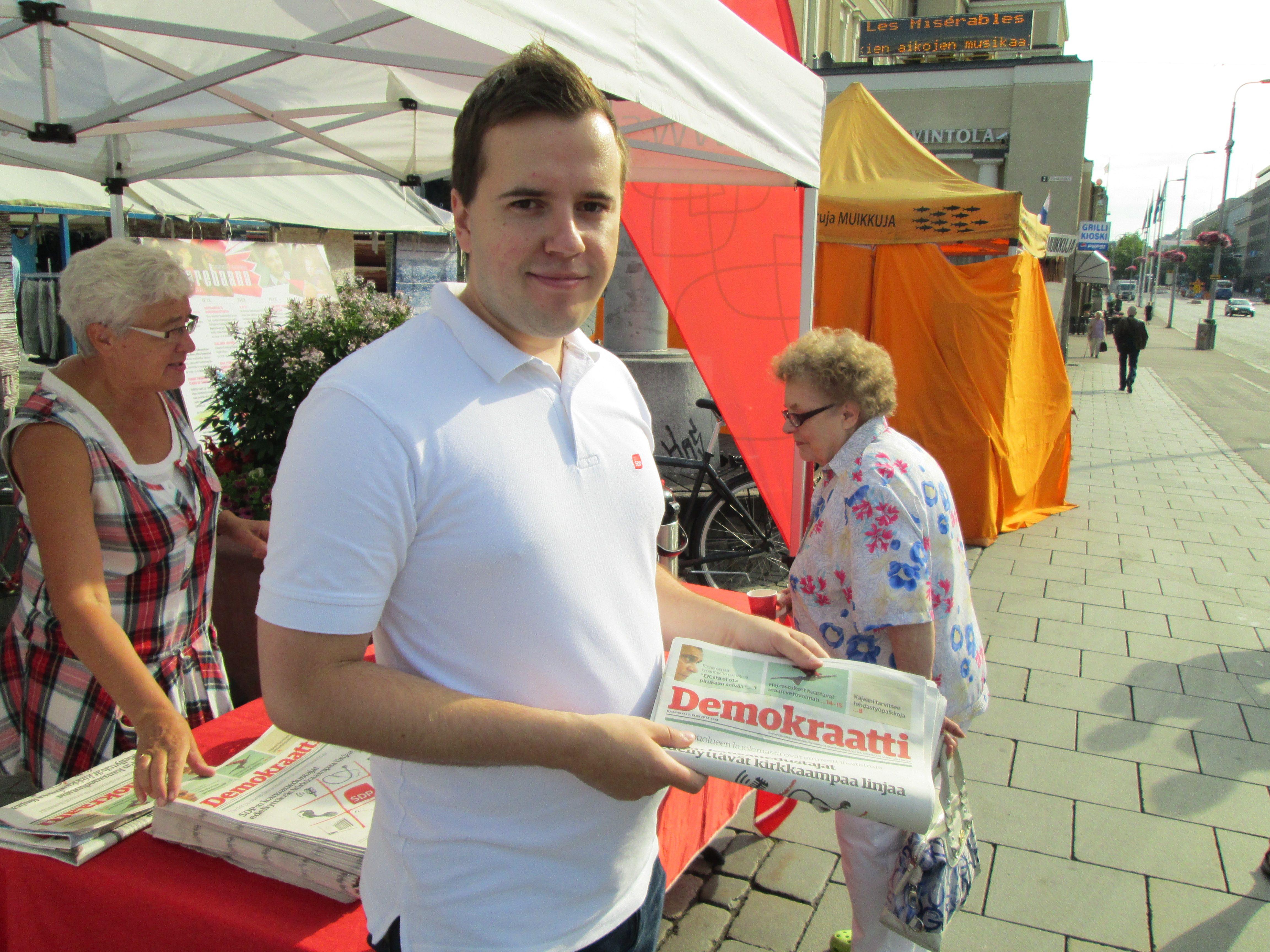 Ari Wigelius SDP teltalla Keskustorilla Tampereella maanantaimarkkinoilla syyskuussa 2013