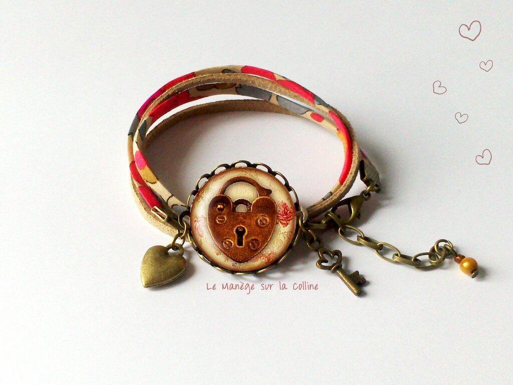 """Bracelet bronze cabochon """"Serrure coeur"""" - liberty et suédine rouge : Bracelet par manegefantome"""