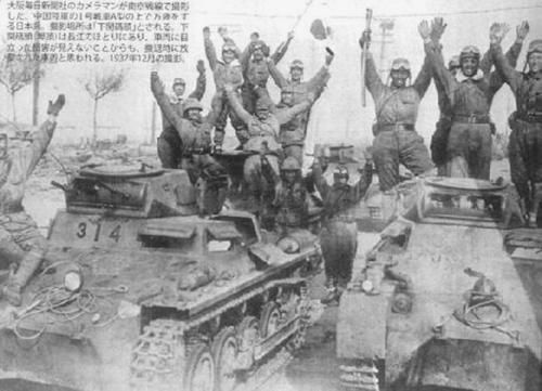 Japaneses soldiers celebreting captured the Chinese army tanks panzers - Pin it by GUSTAVO BUESO-JACQUIER