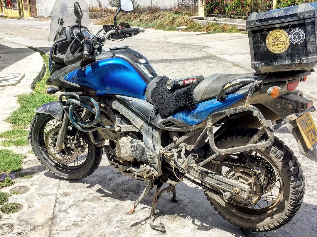Suzuki V Strom 650 Apoyando A Turista Britanico Motorrad Motorcyclemotorcyclelife